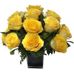 Trandafiri galbeni in vaza patrata